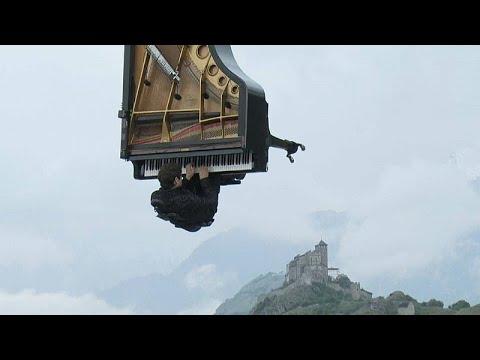 عازف البيانو السويسري ألان روش يقدم عرضا موسيقيًا طائرًا
