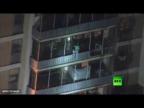 شاهد رجل ينحدر من أعلى ناطحة سحاب أميركية أثناء حريق نشب فيها