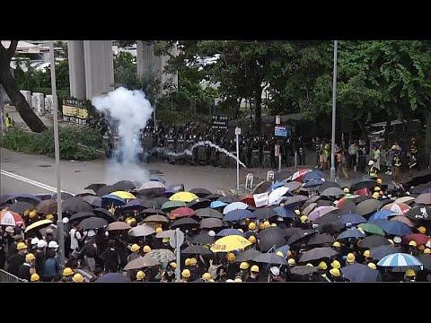 شاهد الشرطة تواجه المتظاهرين بالغاز المسيل للدموع في هونغ كونغ