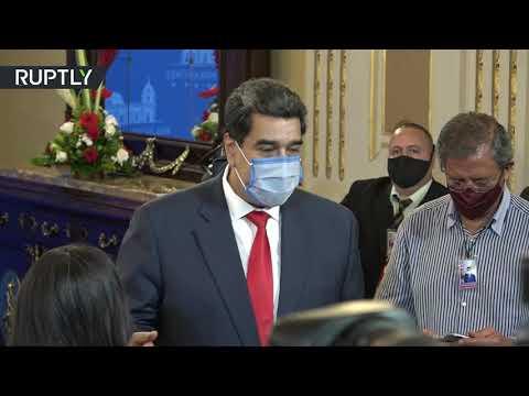 الرئيس الفنزويلي يقوم بتعقيم الصحافيين قبل مؤتمره الصحافي