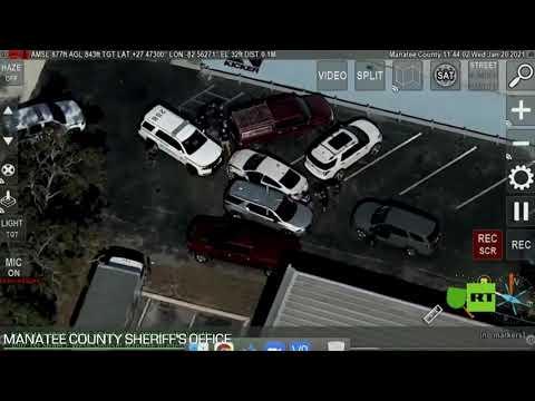 شاهد امرأة تقود سيارة مسروقة تصدم شرطيا