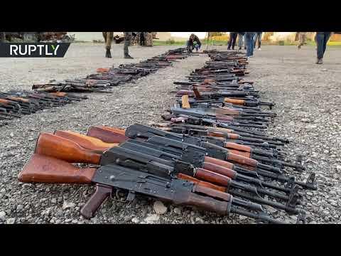 شاهدمجموعات مسلحة تسلّم أسلحتها للجيش السوري في إطار اتفاق تسوية في طفس