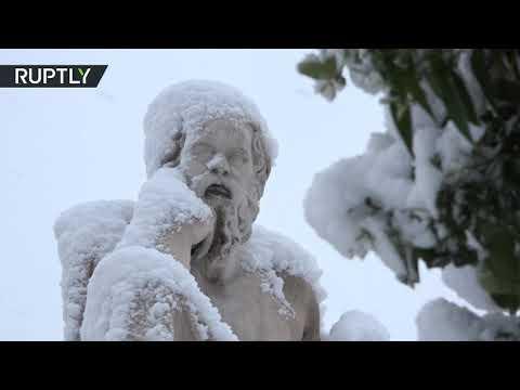 شاهدالثلوج تغطي معبد الأكروبوليس في موجة برد تجتاح أثينا