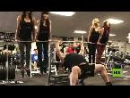 شاهدإدوارد هال يرفع 4 فتيات بدلًا من الأوزان خلال تدريباته