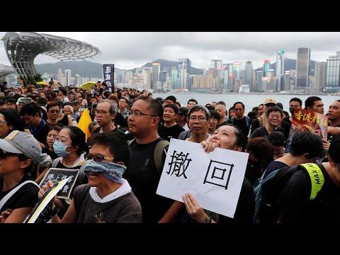 شاهد التجار الصينيون يدفعون بالمحتجين إلى شوارع هونغ كونغ