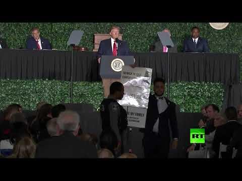 شاهد فلسطيني يُقاطع كلمة دونالد ترامب ويؤكد فيرجينيا هي بيتنا