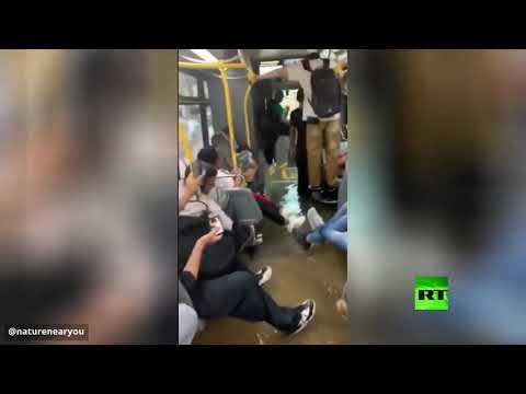 شاهد فيضانات في نيويورك تجبر ركّاب حافلة على الجلوس رافعين أقدامهم