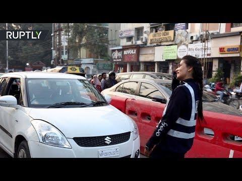 شاهد هندية تتبرع برقصة لتنظيم حركة المرور في مدينة هندور