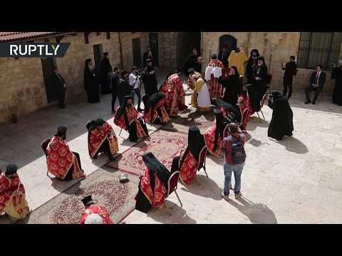 شاهد مراسم غسل الأرجل بكنيسة الروم الأرثوذكس في القدس