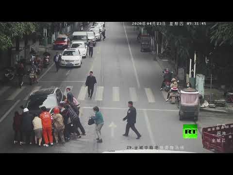 شاهد سيارة تدهس امرأة في هيشي الصينية ومارة ينقذونها من تحت عجلات