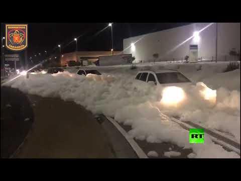 شاهد موجة كبيرة من رغوة بيضاء تغطي أحد شوارع مدينة إسبانية