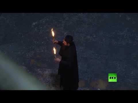 شاهد فيض النار المقدسة من القبر المقدس بكنيسة القيامة في القدس