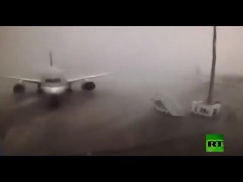 شاهد عاصفة شديدة تتسبب بتصادم طائرة بأخرى فى مطار الدوحة