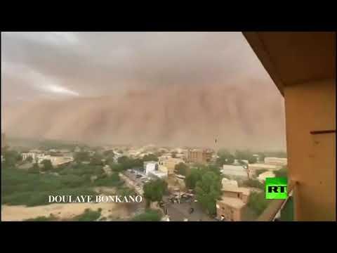 شاهد عاصفة رملية بارتفاع منزل متعدد الطوابق تضرب النيجر