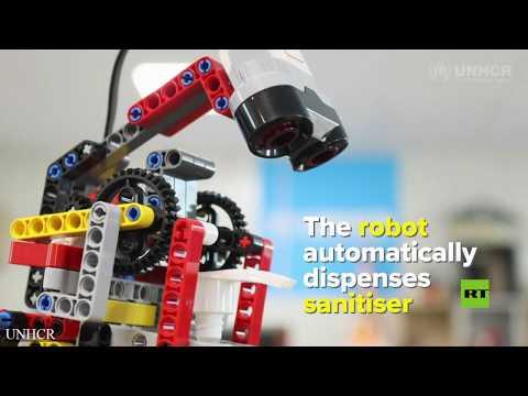 شاهد لاجئون سوريون يبتكرون روبوتًا لتوزيع المطهر أتوماتيكيًا