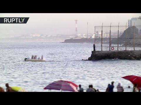 شاهد مغربيات عالقات في سبتة الإسبانية يصلن بلدهن سباحة