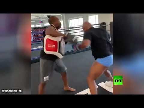 أسطورة الملاكمة تايسون يوشك على خلع رأس مدربه